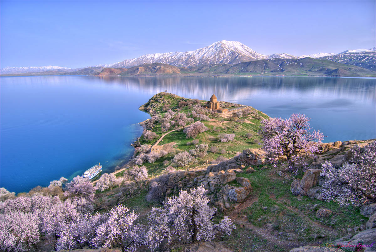 Akhtamar Island on Lake Van, фото