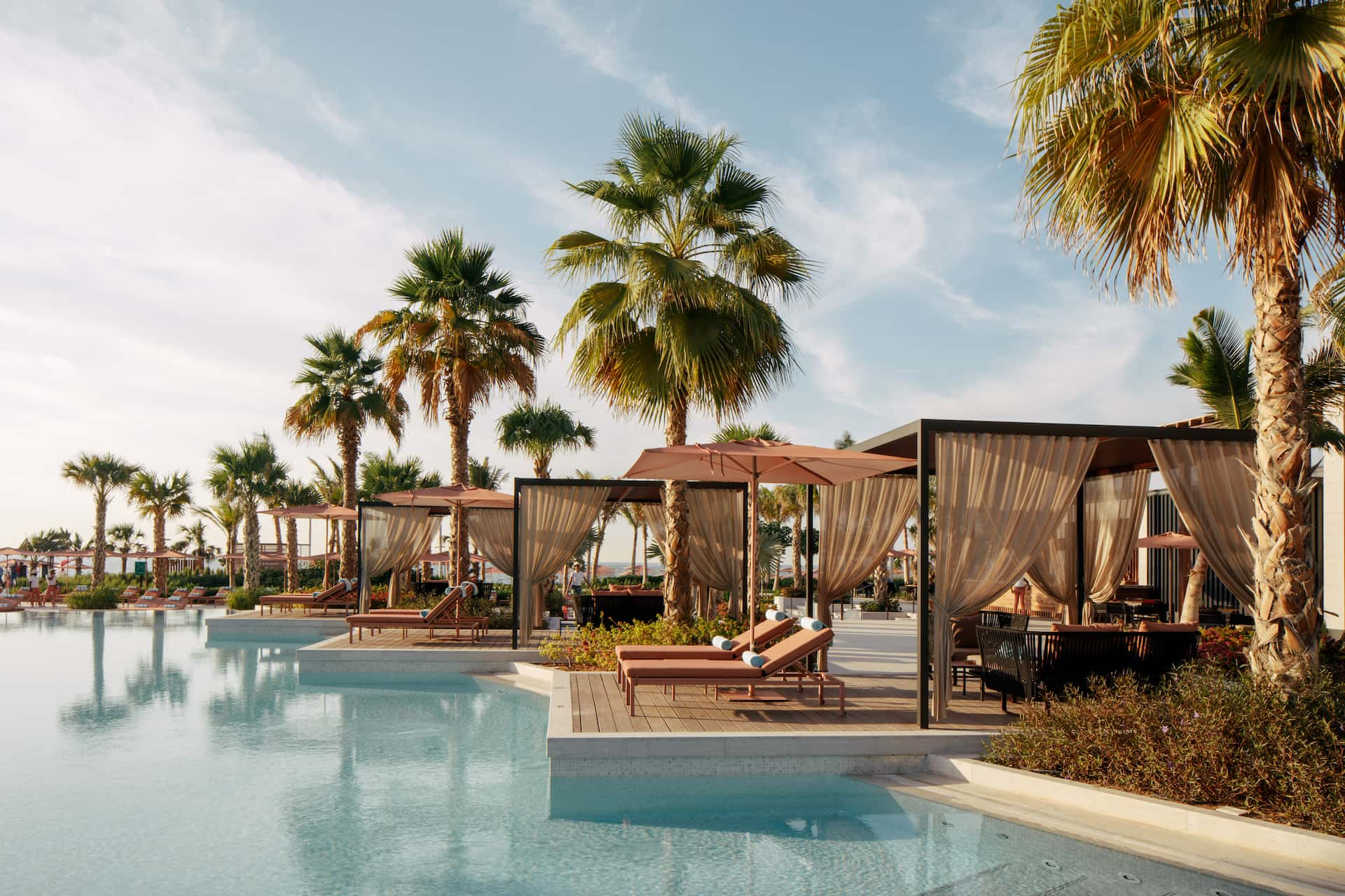 Caesars Palace Bluewaters Dubai Neptune Pool Cabanas, фото