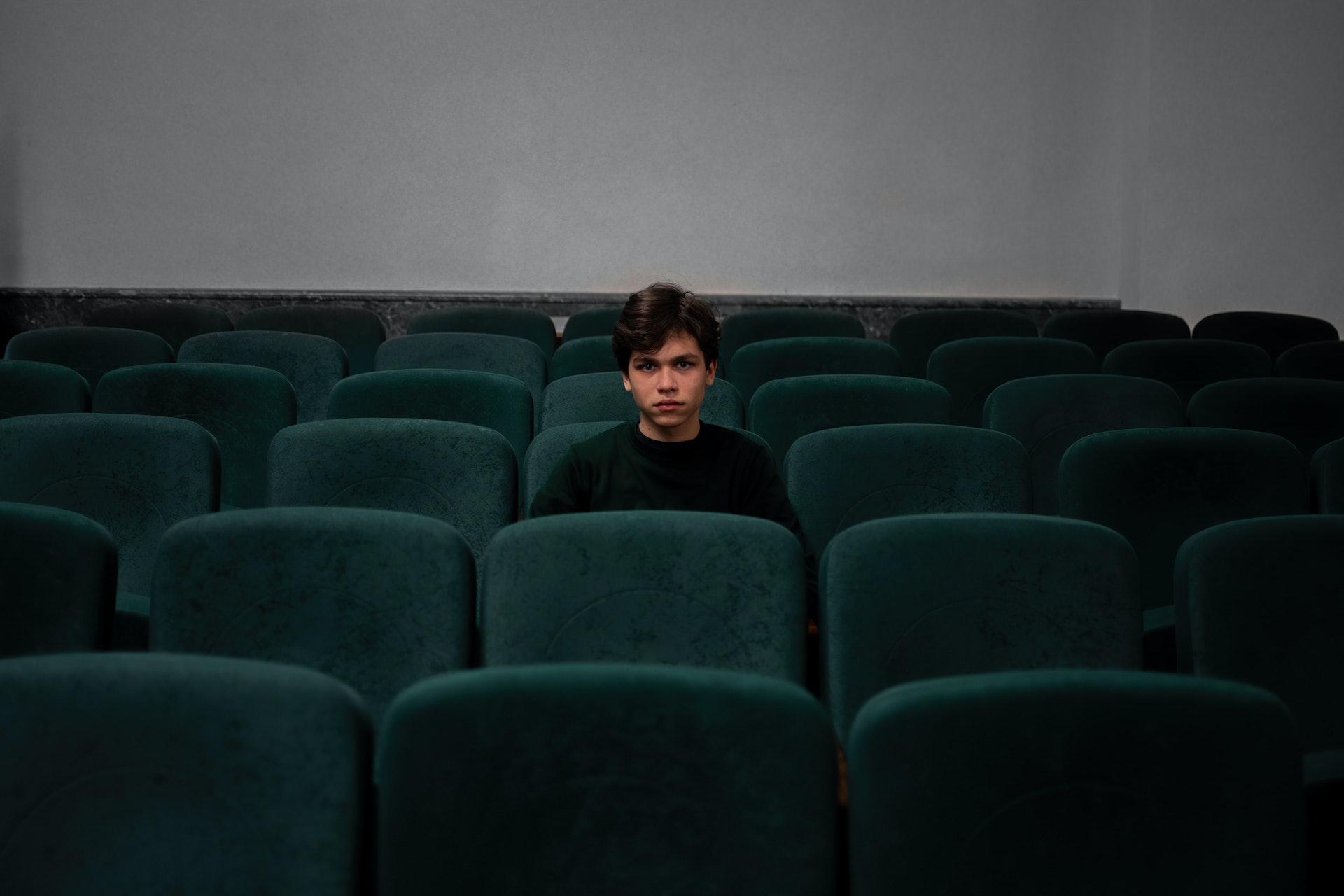 Мальчик в кинотеатре, фото