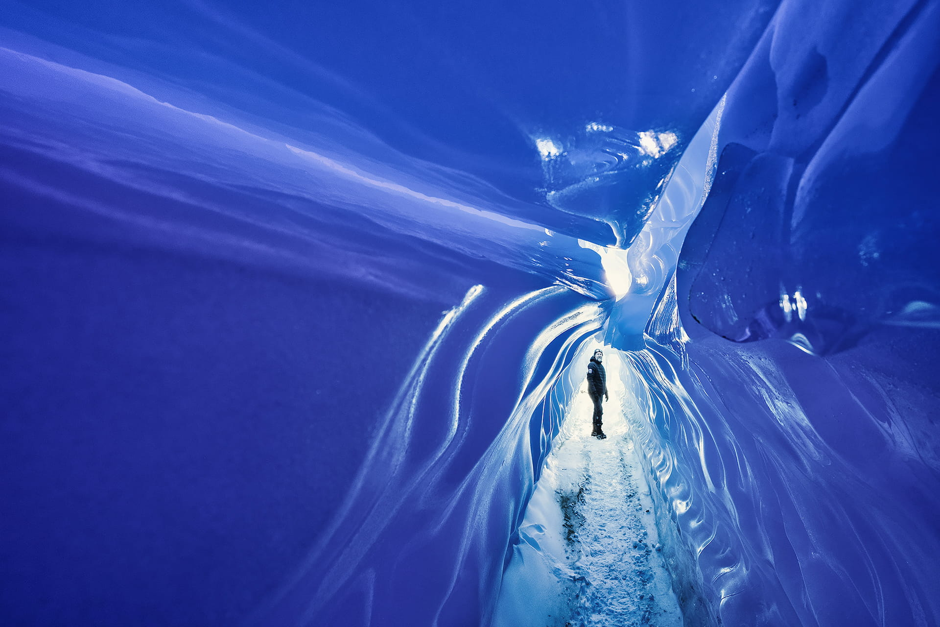 Man At End Of Tunnel White Desert Antarctica, фото