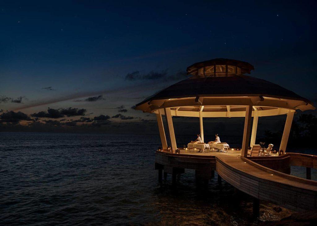 Массаж в павильоне над водой Spa Pavilion в спа-комплексе Aqua Wellness Centre на курорте Waldorf Astoria Maldives Ithaafushi на Мальдивских островах, фото